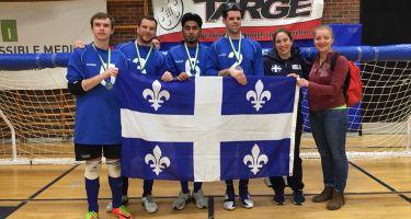 Tristan Lépine-Lacroix, Bruno Haché, Rakibul Karim, Josué Coudé, Nathalie Séguin et Alexandra Piché St-Louis posent avec le drapeau du Québec et leur médaille d'argent gagnée au Championnat provincial de l'Est du Canada - Crédit Photo - Ontario Blind Sports Association.