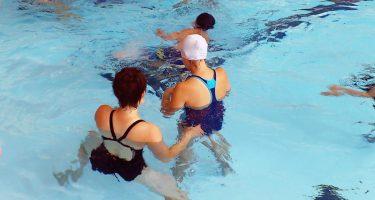 Des jeunes inscrits au programme Du Sport pour Moi! sont dans la piscine avec l'équipe d'entraîneurs spécialisés et des kinésiologues formés en techniques d'intervention en déficience visuelle.