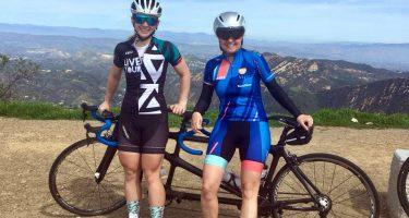 Annie Bouchard et sa pilote Evelyne Gagnon font une pause pour admirer le paysage montagneux de la Californie.