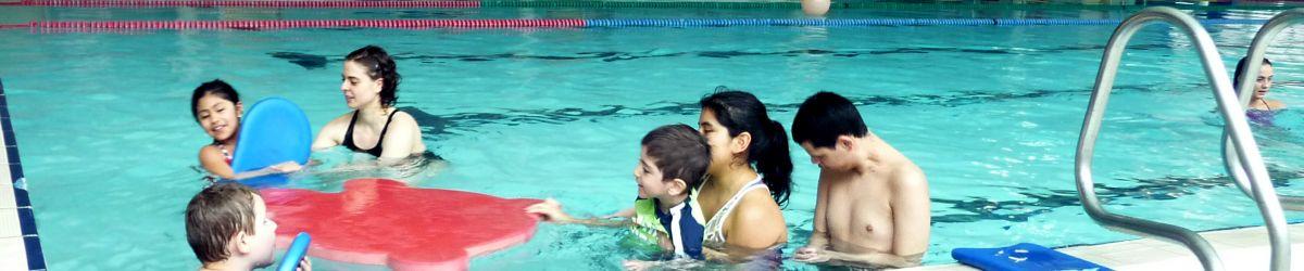 Le groupe du programme Du Sport pour moi - Printemps 2018, est dans la piscine de l'Association sportive communautaire du Centre-Sud.