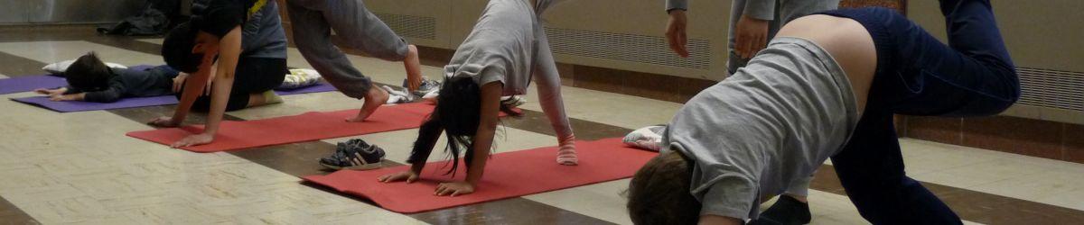 Les participants du programme DSPM Montréal en train de faire une posture de yoga.