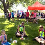 Ludovic mange avec son père et sa soeur après la course.