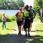 Ludovic, sa soeur Coralie et son père Bernard qui courent le 1 km. Nathalie Chartrand et Bruno Haché derrière eux.