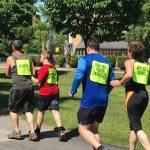 Ludovic, sa soeur Coralie, leur pere Bernard, Nathalie Chartrand et Bruno Haché en train de courir le 1 km au Défi DMLA.