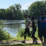 Raki Karim et Luc son guide en train de courir le 5 km.