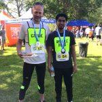 Raki Karim et son guide Luc avec leurs médailles.