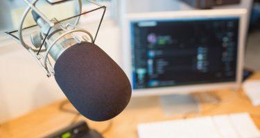 Close-up d'un microphone dans une station de radio.