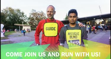 Raki et son guide Luc avec leurs dossards de course, on lit le texte: Come join us and run with us!