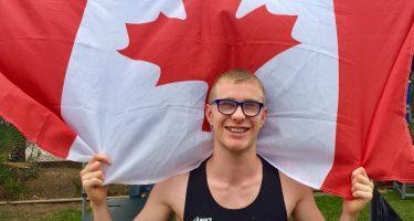 Benjamin Ouellet athlète en para-athlétisme, avec le drapeau du Canada.