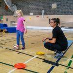 1. DSPM QC Habileté 29-09 - Elyana, accompagnée de Gabrielle, intervenante sportive, qui s'apprêter à cogner un ballon au but.