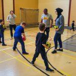 11. L'équipe camarades d'école lance le ballon entre les jambes.