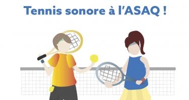 Texte: Tennis sonore à l'ASAQ. Illustration d'un homme et une femme avec des raquettes de tennis dans leurs mains, l'homme a une balle de tennis sonore dans sa main gauche.