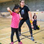2. DSPM QC Habileté 29-09 - Amélie, accompagnée de Gabrielle, intervenante sportive, lance une balle de tennis sonore.