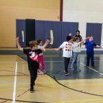 3. Photo de groupe. Échauffement avec une rotation des bras vers l'avant.