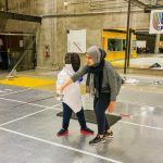 4. MTL Ini - 22 sept - Yacine et Louiza, intervenante sportive, en train de pratiquer un mouvement avec l'épée.