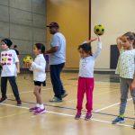 7. L'équipe « la Fratrie », composée d'Edgar, Sofia, Rym et Sarah, apprend à lancer avec la main gauche.