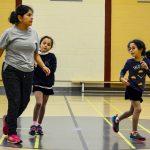1. Alexandra, intervenante sportive, avec Rym et Sarah en train de faire un petit jogging pour s'échauffer.