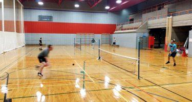 Les participants à l'activité de tennis sonore de l'ASAQ en train de jouer. Hugues se dépêche pour aller frapper la balle