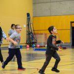 11. Racine et Marc-Antoine courent sous la supervision d'Asma et d'Alexandra, intervenantes sportives.