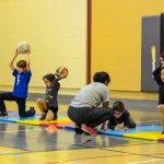 12. Pour bien apprendre à lancer et rendre le tout plus amusant, on lance avec un genou par terre.