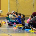 14. Cette fois-ci, les enfants lancent assis sur des tapis.
