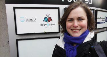 Laurianne Landry devant la porte de Canal M, la radio de Vues et Voix.