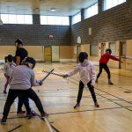 21. Les enfants et les intervenants ont beaucoup de plaisir à jouer avec les épées mousses en cette fin de séance.