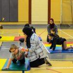 24. Les enfants mettent les consignes de Thiar, l'instructeur, en action.