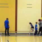 25. Avant la fin de l'activité, Thiar, l'instructeur, fait un petit jeu d'équilibre. Les enfants doivent marcher droit devant sur un banc.