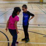 4. Le prochain échauffement est un jeu de roche papier ciseau. Amélie et Lou-Félix sont en train de jouer.