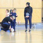 Pour commencer, Christopher, l'instructeur de cécifoot, fait faire un exercice de conduite de ballon sonore aux enfants. On le voit en ce moment en train de placer le ballon devant Marc-Antoine.