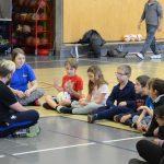 Puisqu'il s'agit de la première séance de cécifoot, Christopher veut prendre le temps de savoir ce que les enfants ont apprécié de leur activité. C'est Edgar qui commence avec le ballon de la parole.