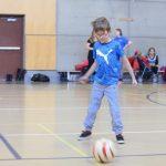 Après avoir appris à conduire le ballon, les enfants ont appris à faire des passes. Clovis est sur le point de recevoir le ballon de son coéquipier.
