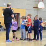 Christopher, l'instructeur de cécifoot, prend le temps d'expliquer aux enfants comment se joue le cécifoot. En effet, il y a plusieurs particularités entre le cécifoot et le soccer régulier.