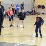 Maintenant, que les enfants connaissent les particularités, ils ont l'opportunité de frapper le ballon au but. C'est Yacine qui commence. Les enfants débutent en tirant dans un filet vide.