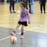 Sarah est maintenant en possession du ballon. Elle avance doucement pour pouvoir tirer le plus près possible du but.