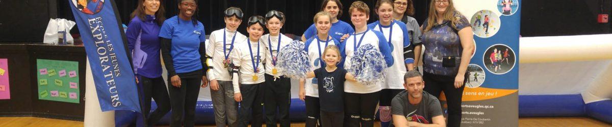 Photo : Les équipes participantes à la quatrième compétition amicale de mini-goalball avec leurs médailles, accompagnés des parents, des entraîneurs et du personnel de l'ASAQ.
