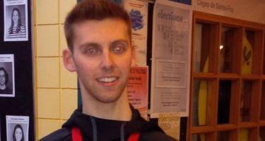Simon Richard, une médaille au cou, tient la médaille sur sa main droite et un ballon de goalball et un trophée sur sa main gauche.