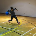 10. Raphaëlle lance le ballon.