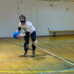 5. Nathalie lance le ballon.