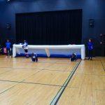 8. Plan général du terrain de mini-goalball. Au fond l'équipe des Griffons et Mélanie, l'arbitre.