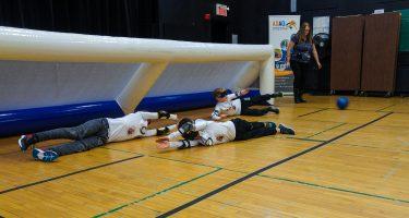 12. Les trois membres de l'équipe des Phurax couchés au sol en position défensive devant leur but.
