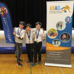 30. Les trois membres de l'équipe des Phurax avec leurs médailles.