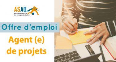 À gauche de l'image : Logo ASAQ. Texte: Offre d'emploi - Agent(e) de projets. À droite: Photo des mains d'une personne assise en train d'écrire sur un cahier de notes (on ne voit pas son visage); devant elle un ordinateur portable.