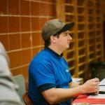TIGM2019-Gros plan du chef de plateau Simon à la table des officiels du gymnase A.