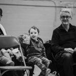 TIGM2019-Trois spectateurs dont un enfant en noir et blanc.