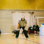 TIGM2019-Un arbitre vu de face avec les mains sur ses genoux.
