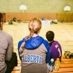 TIGM2019-Dans les gradins, vue des spectateurs de dos et du gymnase.