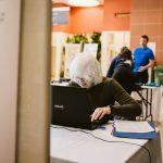 TIGM2019-Martine D'Amour est concentrée à la tâche des statistiques devant son ordinateur.