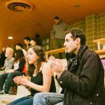 TIGM2019-Deux spectateurs applaudissent dans les gradins.